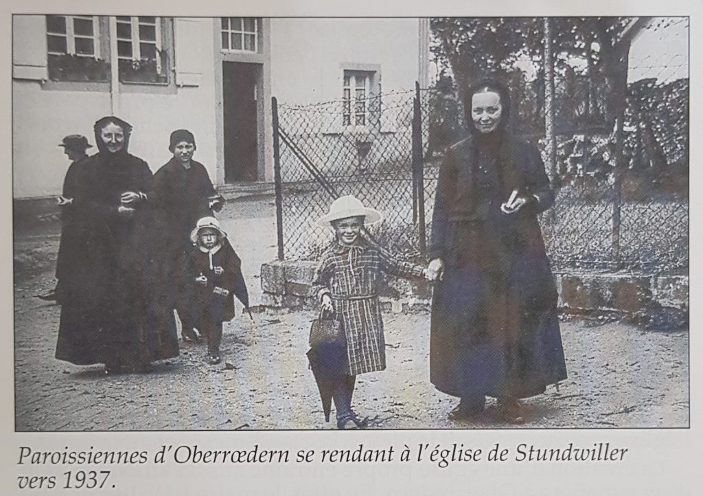 Paroissiennes d'Oberrœdern se rendant à l'église de Stundwiller