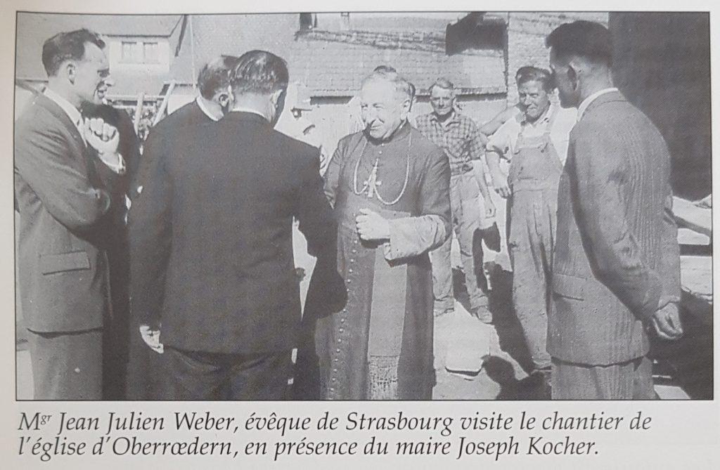 Mgr Jean Julien Weber, évêque de Strasbourg visite le chantier de  l'église d'Oberrœdern, en présence du maire Joseph Kocher.
