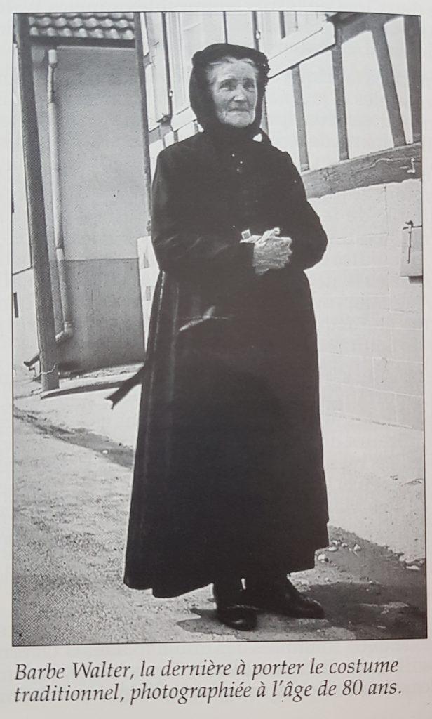 Barbe Walter, la dernière à porter le costume  traditionnel, photographiée à l'âge de 80 ans.